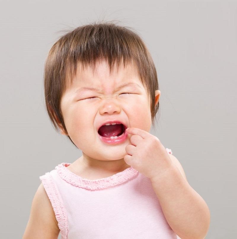 trẻ mọc răng bị sốt và đi ngoài