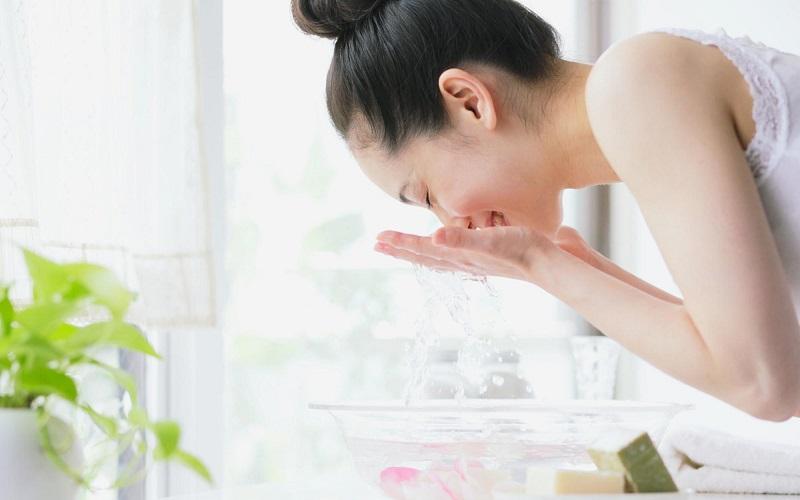 Rửa mặt bằng nước ấm trị mụn -2